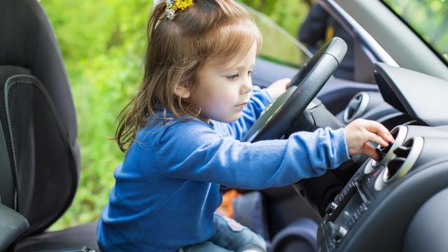 erreur assurance auto, une petite fille conduit
